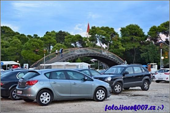 parkoviště pro vaše auto a most do historické části Trogiru