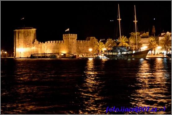 trogir zije i v noci tohle je jeden z nočních pohledu na historickou část města