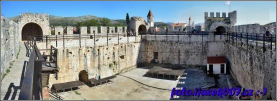 Panoramatický pohled vnitřku Trogirské tvrze.