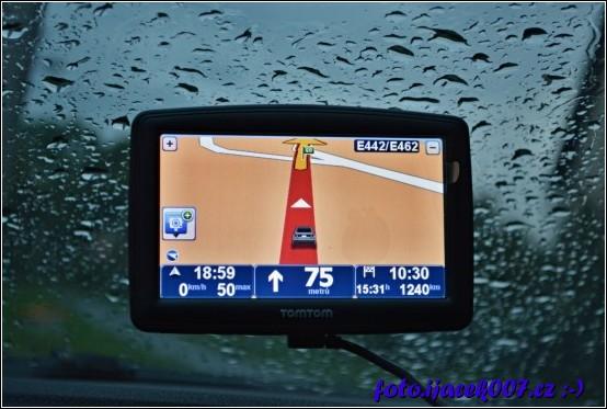navigace ukazující počet km do cíle a déšť který se s námi loučí v chladném zářijovém počasí