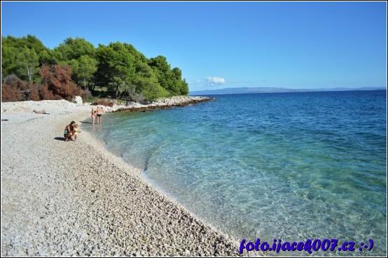 pohled na krásnou oblázkovou pláž ostrova čiovo