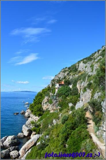 Překrásný kostelík ve skalnatém pobřeží chorvatského ostrova Čiovo