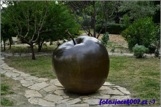 obří jablko uprostřed biblické zahrady