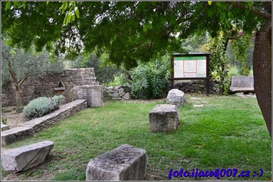 informační tabule informující návštěvníky o zahradě