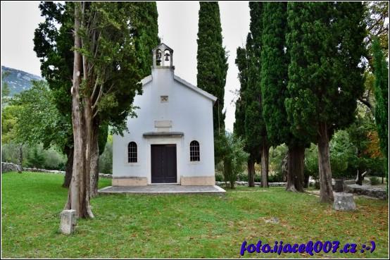 součástí biblické zahrady je i malebný kostelík