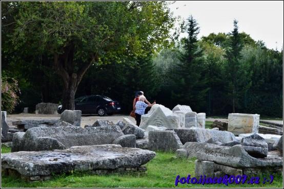 obrovské kusy opracovaných kamených kvádru které tvořili výzdobu chrámu nebo jeho okolí