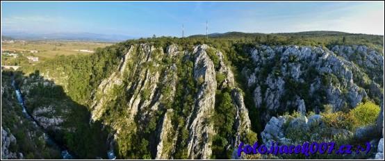 výhled na chorvatský skalnatý masiv od nedaleké zříceniny.