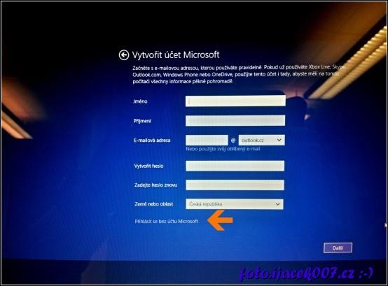 obrazovka instalačního programu Windows 8 a dialog pro vytvoření nového učtu Microsoft ve spodní části trochu skryta volba přihlásit se bez účtu Microsoft.