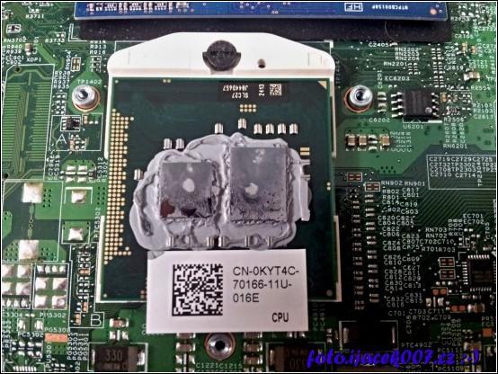 detailní pohled na chladicí pastu na CPU