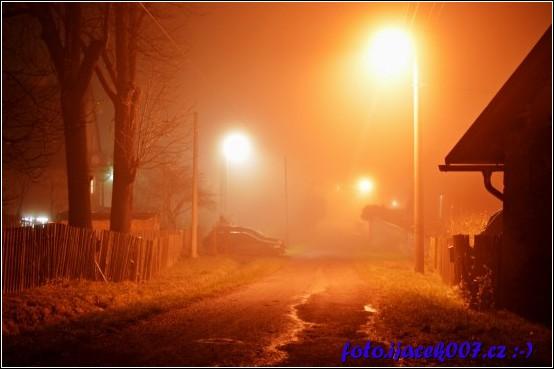 pohled na jednu z bočních ulic při podzimní mlze
