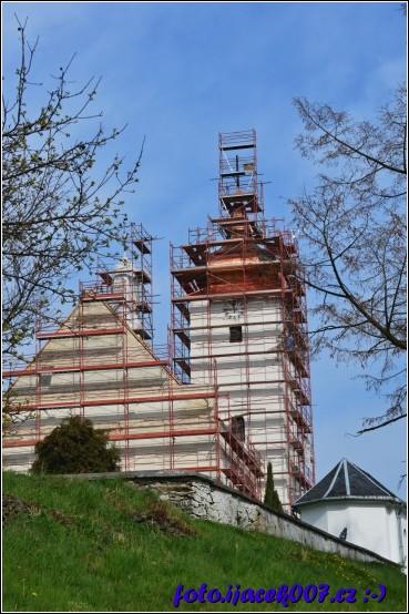 pohled na kostel a novou kostelní věž