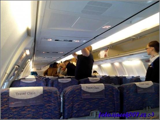 vnitřek letadla pohled na nastupující cestující