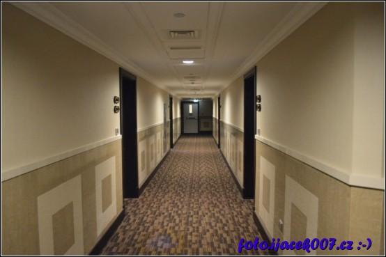 chodba k hotelovým pokojům