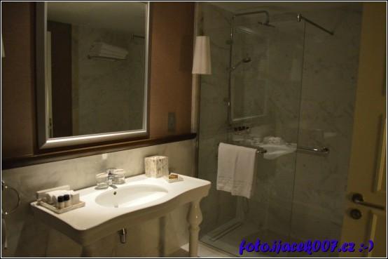 pohled do koupelny hotelového pokoje