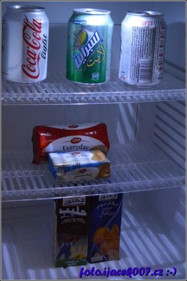 pohled do ledničky tedy minibaru která byla každý den doplňována