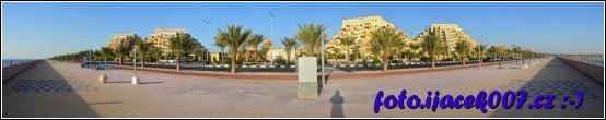 panoramatický pohled na promenádu před hotelovým komplexem