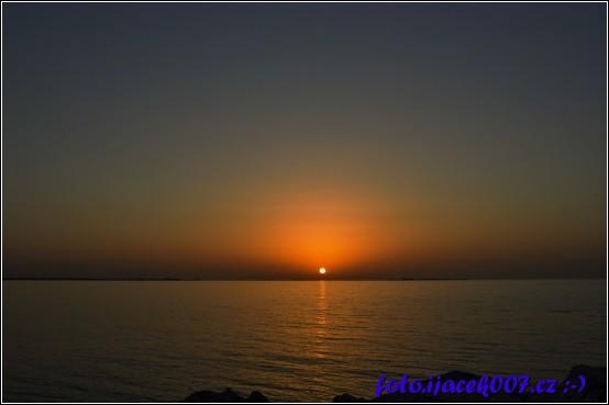 pohled na zapadající slunce nad mořem