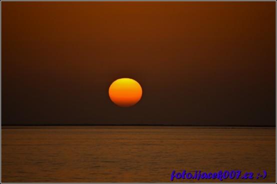 pohled na zapadající sluníčko nad mořem