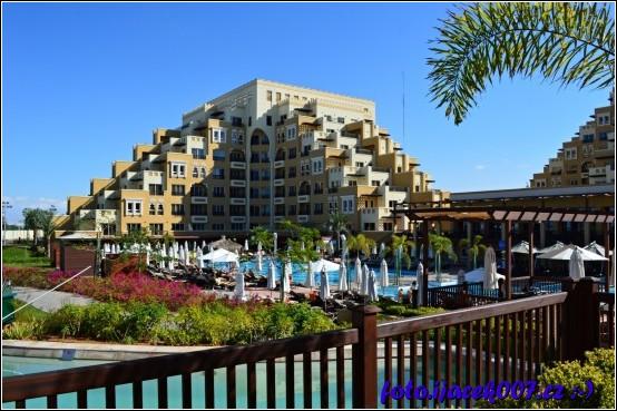 bazén a pohled na jednu ze tří staveb areálu hotelu