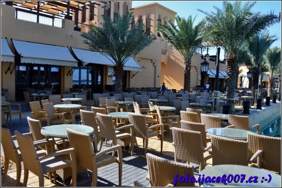 pohled na posezení mezi restauracemi s výhledem na jeviště