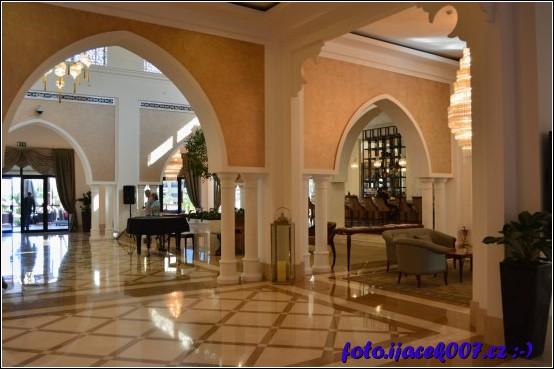 pokračování hlavní haly hotelu hned za recepcí