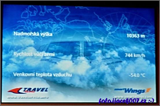 informace o průběhu letu nebo například o aktuální teplotě se občas zobrazují na obrazovkách v letadle.