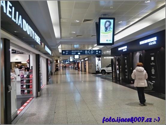 nákupní zóna letištního prostoru