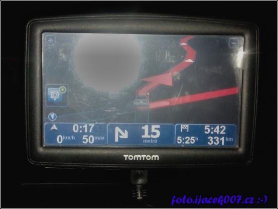 pohled na navigaci tomtom a čas předpokládaného příjezdu s počtem km předemnou