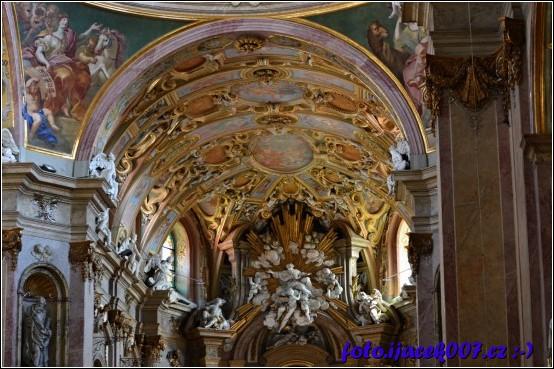 pohled k oltáři