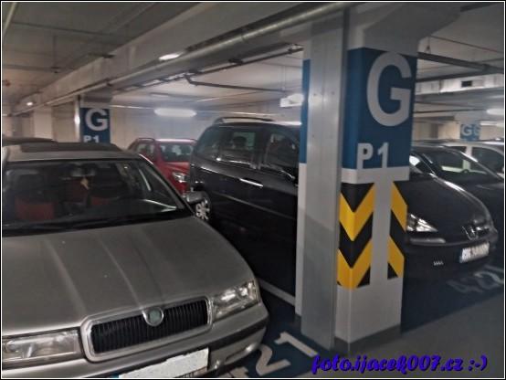 díky obrovskému náporu návštěvníku se v Olomouci jen těžko hledalo místo pro parkování policie odkláněla návštěvníky do nedalekých garáží obchodního centra Šantovka
