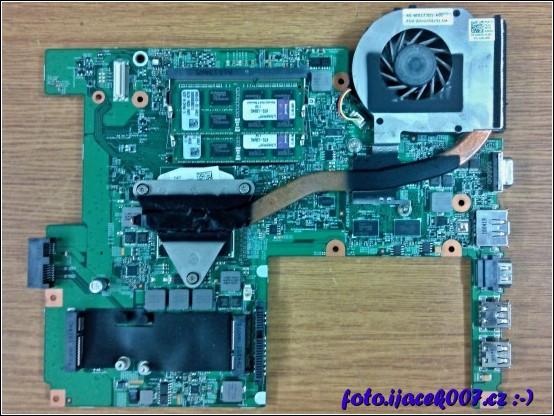 pohled na demontovanou základní desku s pamětí RAM a chladičem CPU