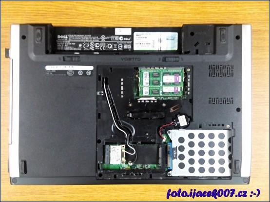 pohled na spodní část notebooku na pozici RAM a pevného disku