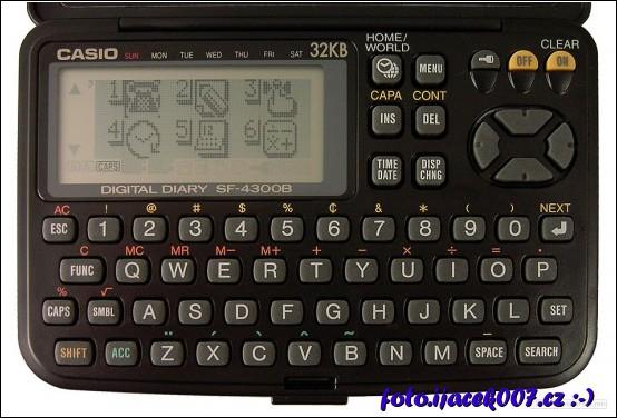pohled na display a klávesnici diáře