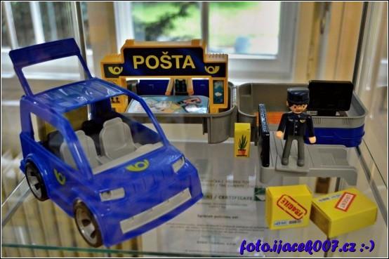 kolekce auta postavičky a poštovní přepážky