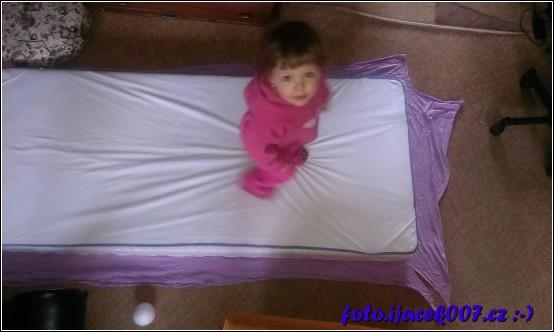 přiložení látky k matraci a kontrola zda ze všech stran má přesah