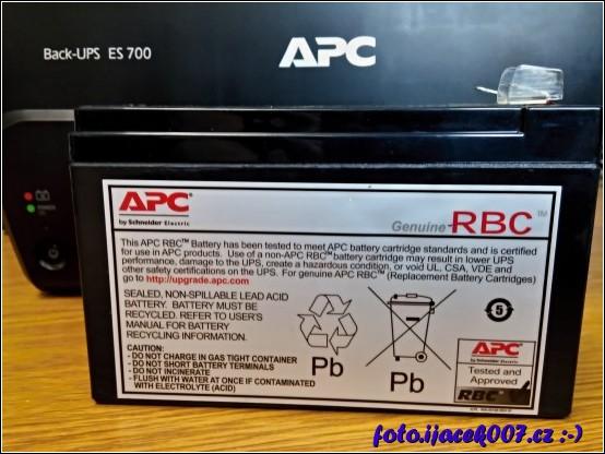 Pohled na baterii záložního zdroje napajení