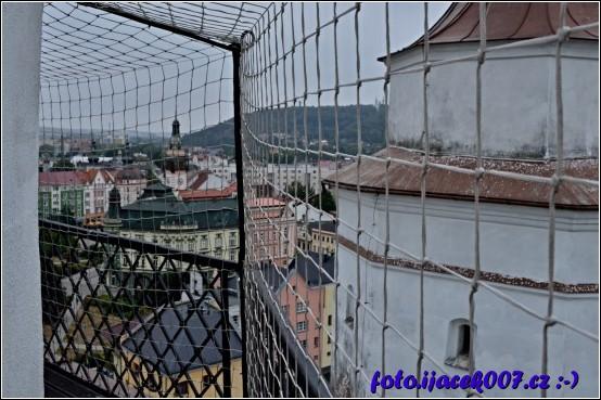 pohled na krnovskou radnici z ochozu věže svateho martina
