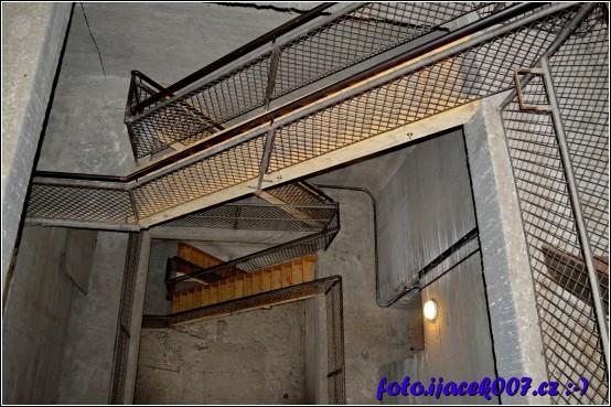 ve veži s vyhlídkou bylo nutné vybudovat některé schodiště znovu zde je dřevo nahrazeno betonem a železným zábradlím.