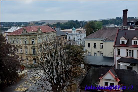Pohled na ulici Soukenická na internát poštu a v zadní části budovu knihovny.