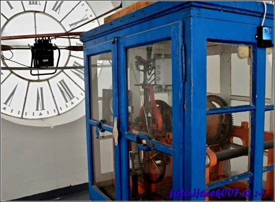 pohled na hodinový stroj který je ve všech čtyřech stranách věže.