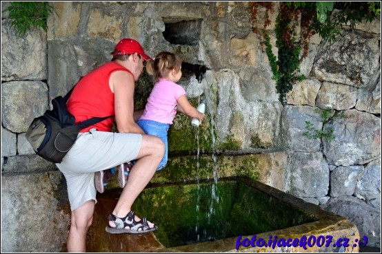 Vydáte li se jižně po promenádě ze zaostrogu narazíte na pramen Minerální vody.