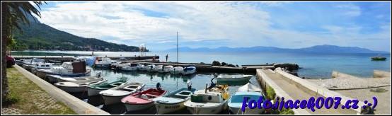 Pohled na přístaviště rybářských loděk a jediné velké molo.