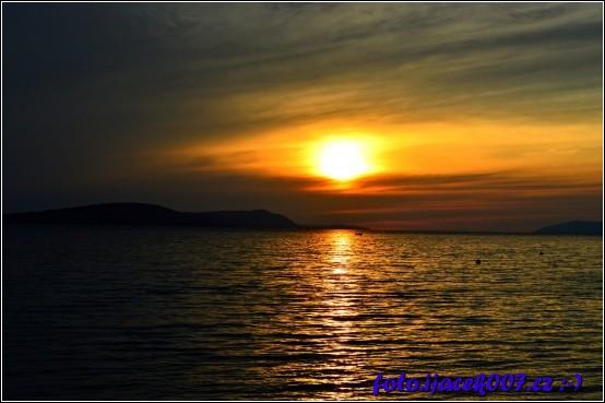 pohled na západ slunce nad mořem