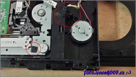detail mikrospínače zajištujícího ověření správně zavřené mechaniky