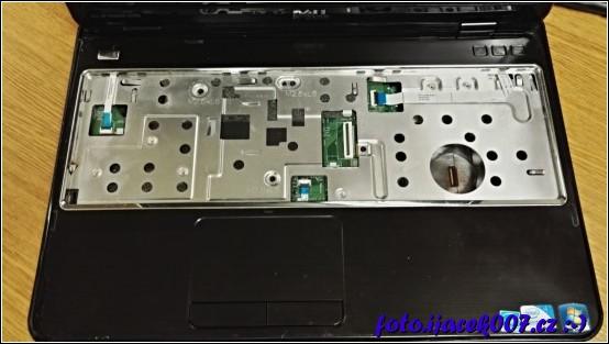 pohled na přístroj s demontovanou klávesnici