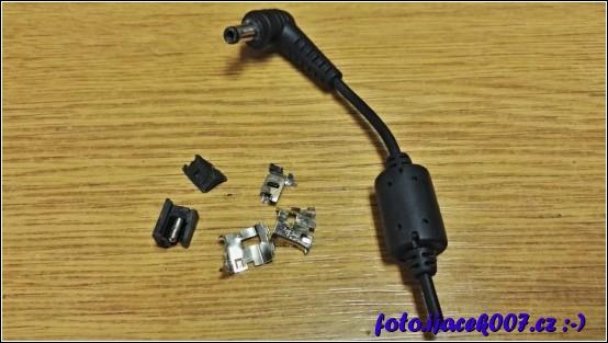 zbytky napájecího konektoru vycvakaného ze základní desky a ucvaklý konektor nabíječky