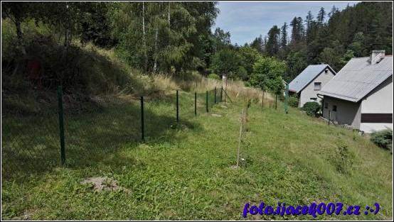 pohled na hotový plot s pletivem