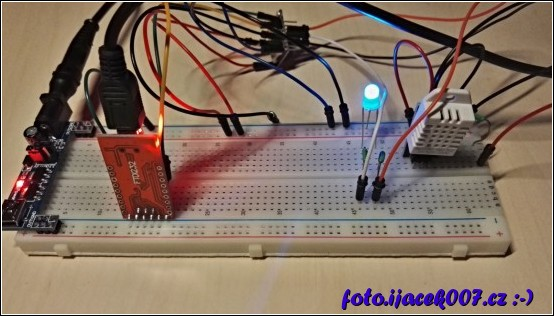 reálné zapojení modulu s teploměrem a dvoubarevnou diodou signalizující stav připojení k bezdrátové síti.