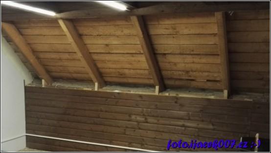pohled na střechu s demontovánou izolací