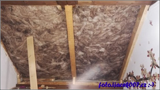 umístění minerální izolace mez trámi střechy